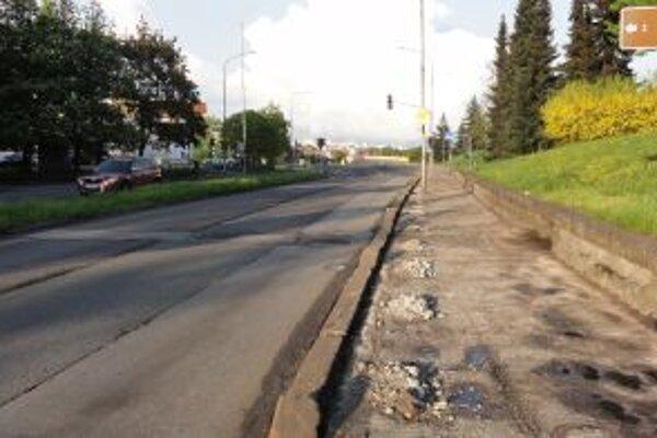 Mesto už začalo s opravou chodníka pod zámkom a pri Poľane.