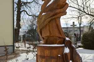 Na snímke drevená socha pri rímskokatolíckom kostole