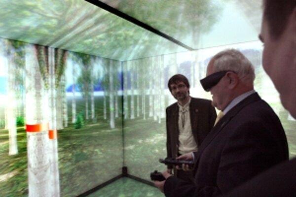 Virtuálnu jaskyňu si vyskúšal aj Dušan Čaplovič.
