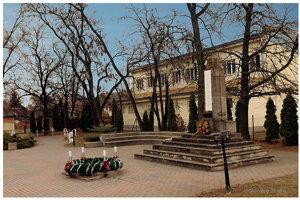 Jednou z architektonických dominánt obce je pomník obetiam vojen