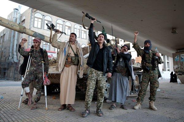 Hutskí šiitskí bojovníci vykrikujú slogany počas hliadkovania neďaleko rezidencie bývalého jemenského prezidenta Alího Abdalláha Sáliha.