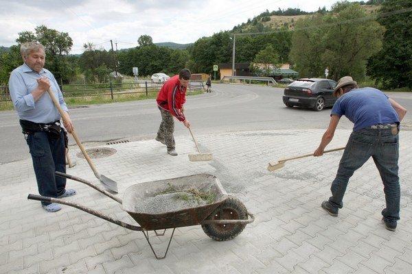 Nezamestnaní ľudia v hmotnej núdzi musia pracovať, aby dostali dávky.