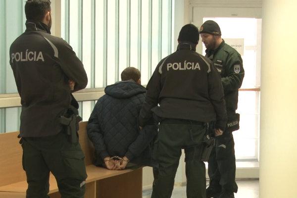 Agresívneho muža zadržala polícia po kontaktovaní susedmi.