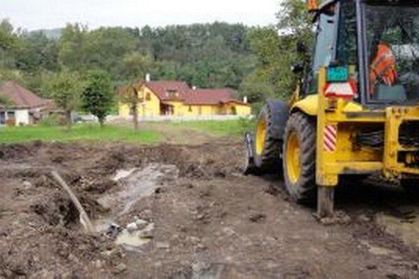 Spodná časť osady už vodovod má asi päť rokov. Teraz ho ťahajú na hornú časť.