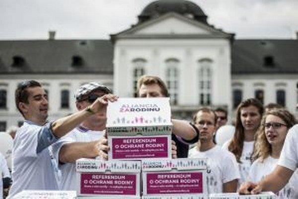 Odovzdanie podpisov Aliancie za rodinu na vypísanie referenda o rodine.