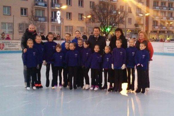 Zástupcovia klubu ŠKK Zvolen a predstavitelia mesta pri slávnostnom otvorení ľadovej plochy.