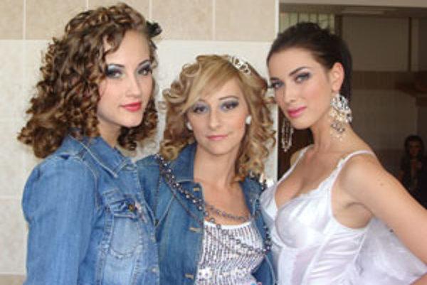 Modelky, ktoré pomohli súťažiacim získať popredné miesta. Zľava Dominika Lišková, Daniela Karabegovič a Andrea Melišková.