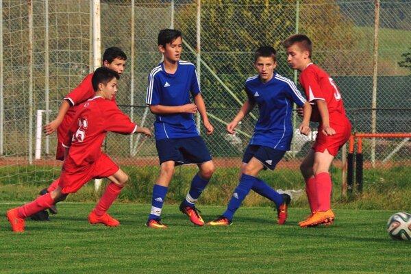 Talentovaní hráči FK Tatran Turzovka (v modrom) Timotej Dodek (vľavo) aJakub Ligač (vpravo).