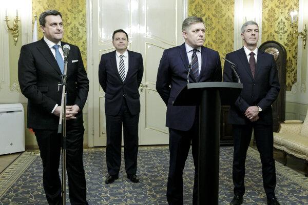 Zľava predseda vlády SR Robert Fico, minister financií SR Peter Kažimír, predseda Národnej rady SR Andrej Danko a podpredseda Národnej rady SR Béla Bugár počas tlačovej konferencie po stretnutí lídrov koaličných strán na Úrade vlády.