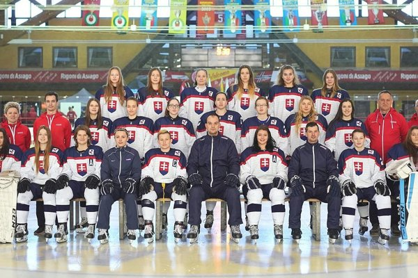 Hokejistky Slovenska U 18.Romana Halušková (prvá sprava horný rad), Alžbeta Šulíková (druhý rad tretia zľava), Lucia Halušková (dolný rad druhá sprava).
