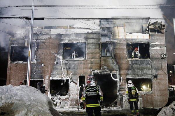 Zásah hasičov pri požiari domova dôchodcov v Sappore.