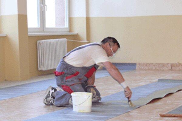 V triedach budú mať žiaci úplne nové podlahy.