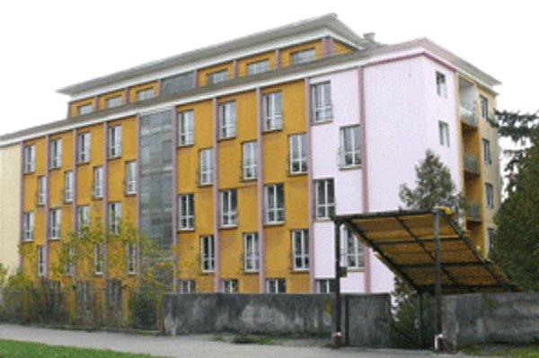 Bývalý internát učilišťa prerába investor na dom s bytmi.