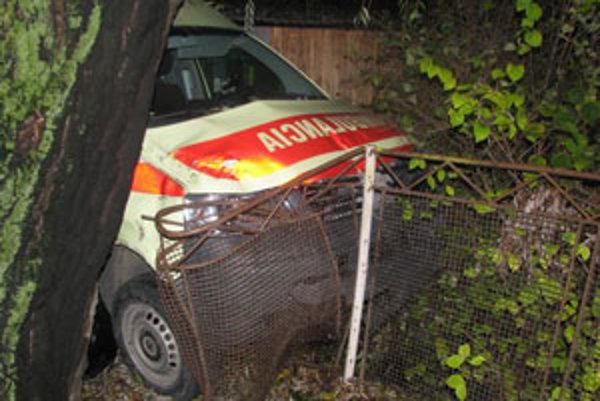 Sanitka narazila po nehode aj do stánku a plota.