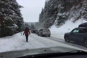 Takéto situácie vznikali na ceste na Skalku napríklad v posledný decembrový víkend (30.12.).