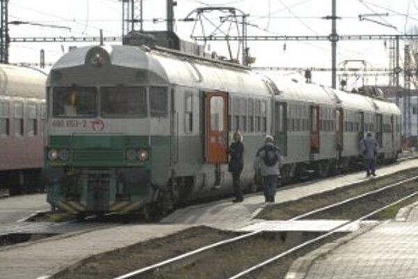 Cestujúci musia vlaky vymeniť za autobusy.