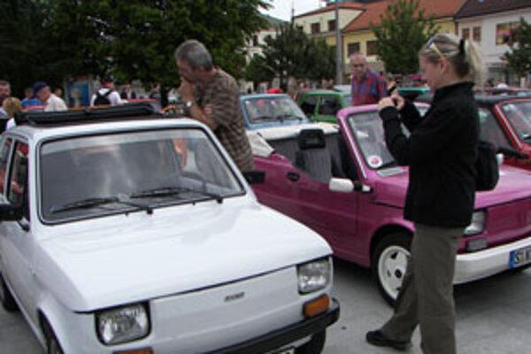Po hodinovom defilé na zvolenskom námestí sa vybrali fiatky do Kremnice.