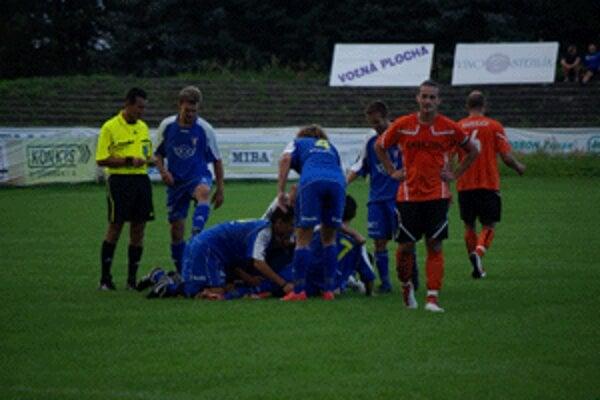 Zvolenská radosť po upokojujúcom góle Ľubomíra Mezovského, ktorý stanovil na konečných 2:0 pre MFK.