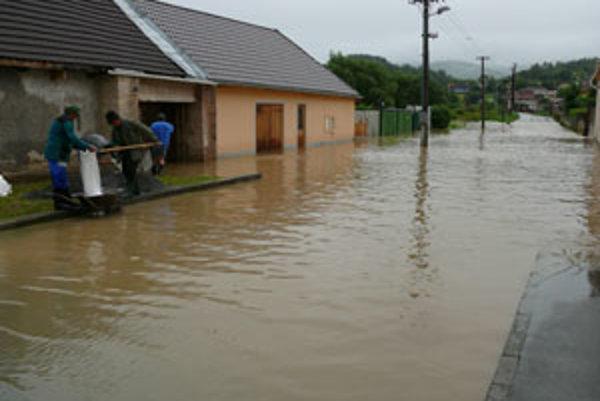 Voda zo Slatiny zatopila dvory aj cesty.