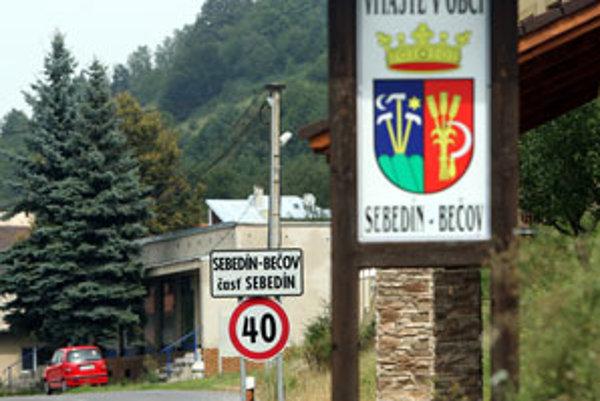 Obec leží takmer na rozhraní banskobystrického a zvolenského regiónu.
