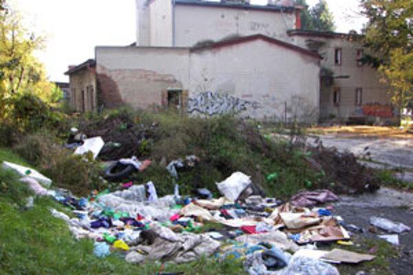 Skládka odpadu ľudí poburuje.