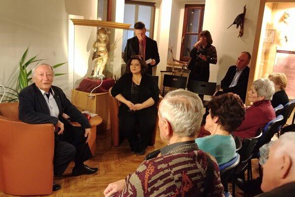 V kresle sedí Andrej Tušer a moderátorka Monika Macháčková.