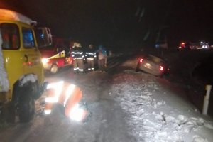 Kritická situácia pri Fulianke (okres Prešov). Neprejazdná cesta, autá v priekope.