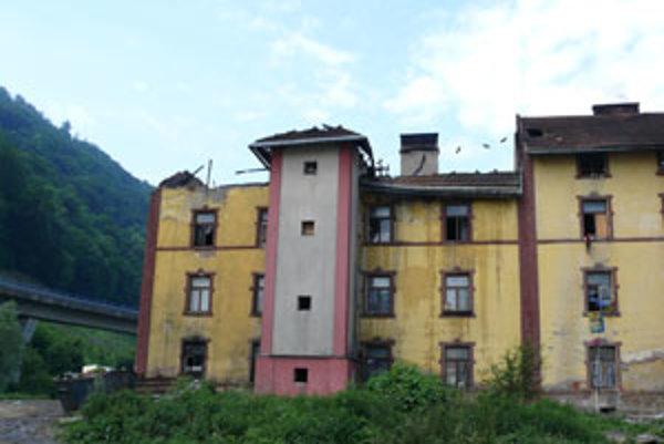Časť strechy na bytovke úplne zhorela. Byty pod ňou sú zničené.