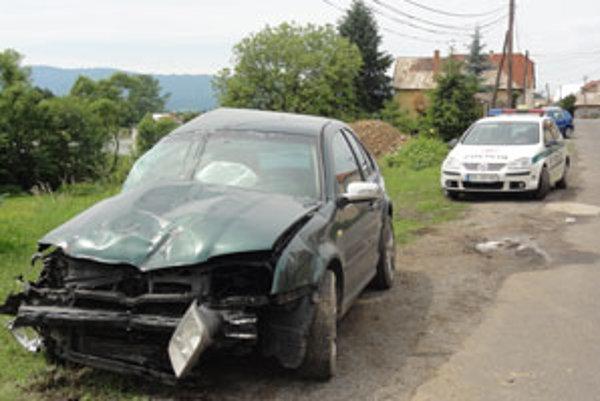 Polícia havarované auto z dvora rodinného domu vytiahla späť na cestu.