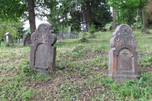 Na označenie hrobov svojich zosnulých ľudia využívali bohato zdobené a zaujímavo tvarované kamenné tabule a drevené dosky.