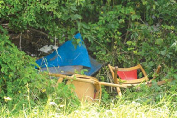 Skládka nábytku pri záhradkárskej osade na Podborovej.