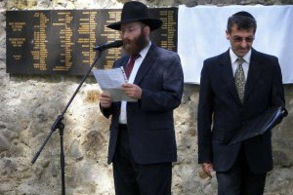 Rabín Stiefel (vľavo) a Jozef Klement počas príhovorov pred ešte neodhalenou tabuľou s menami obetí holokaustu.