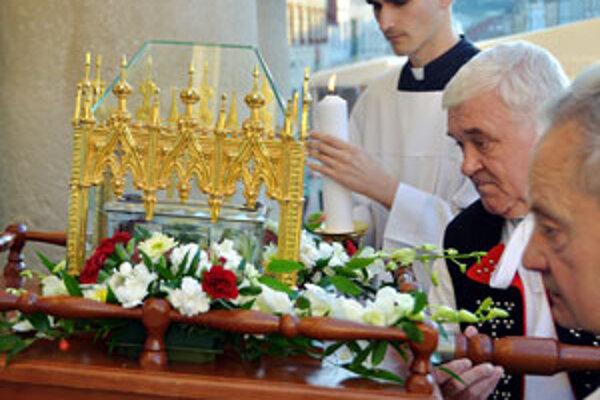 Do Banskej Bystrice relikviu priniesol žilinský diecézny biskup Tomáš Galis.