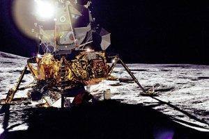 Astronauti programu Apollo pristáli na Mesiaci v lunárnych moduloch, ktoré vážili 15-tisíc kilogramov. Naspäť sa vracali v časti modulu, ktorá vážila 4672 kilogramov. Ostatok zostal na Mesiaci.