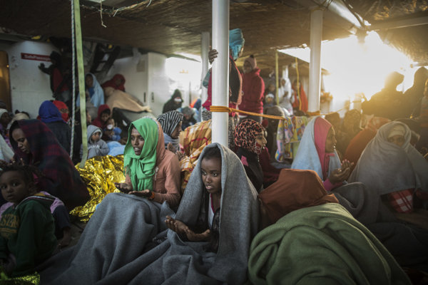 Eritrejskí utečenci oslavujú príchod sa modlia po príchode do Talianska.
