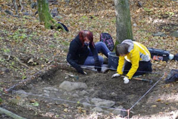 Študenti archeológie odkrývajú prvú vrstvu v sonde v južnej časti nádvoria.