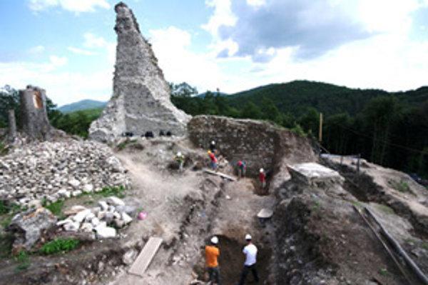 Študenti archeológie pri odkrývaní interiéru veže.