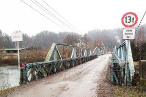 Tak, ako vyzeral most vlani vo februári, vyzerá stále. Hoci mal byť už opravený.