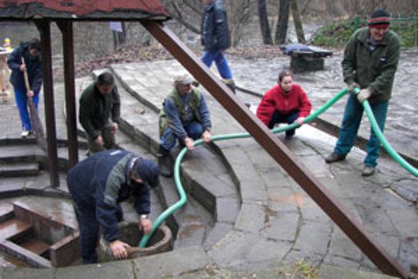 Chatári pri odčerpávaní vody zo skruže.