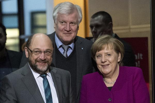 Účastníci rokovaní o novej koalícii v Nemecku. Zľava šéf SPD Martin Schulz, šéf CSU Horst Seehofer a šéfka CDU kancelárka Angela Merkelová.