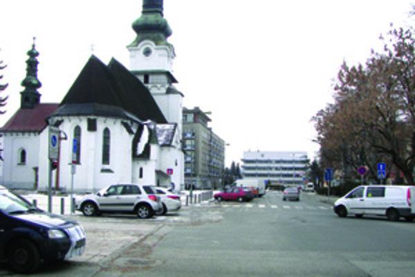 Cestu mesto plánuje zúžiť, menej bude na nej parkovacích miest.