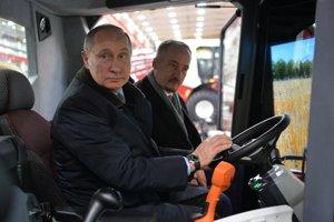 Putin chce osloviť najmä robotníkov. Napríklad jazdou v kombajne.