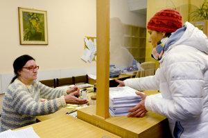 Petícia v podateľni mesta. Včera ju odovzdala zástupkyňa petičného výboru Romana Šerfelová.