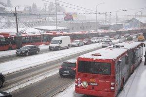 Odstavené trolejbusy mestskej dopravy na Pražskej ulici smerom na Kramáre a Patrónku.