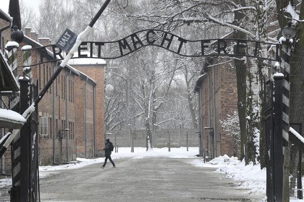 Vstupná brána v bývalom koncentračnom tábore Auschwitz- Birkenau.