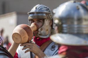 Legionár pije vodu z tradičného krčaha počas Rímskych hier v bratislavskej časti Rusovce.