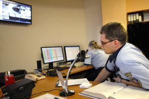 Operačné stredisko polície. Ľudia volajú či píšu, aby im poslali kamerové záznamy.