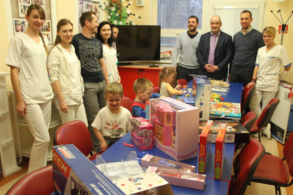 Na detské oddelenie nitrianskej nemocnice prišli Vianoce v predstihu.