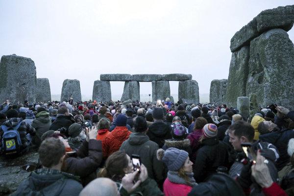 Historici však varujú, že Stonehenge by mohlo byť vyradené zo zoznamu UNESCO, ak bude vláda presadzovať navrhovaný dopravný projekt.