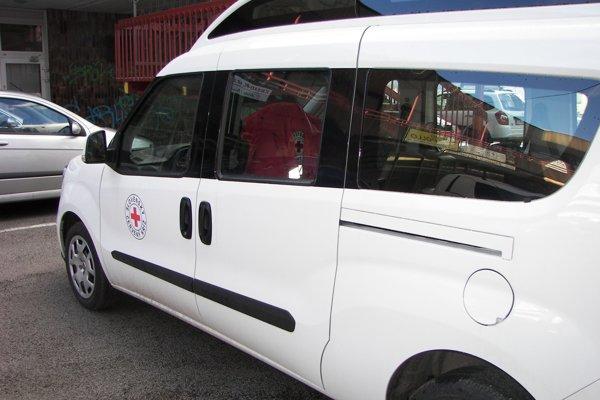 Auto na poskytovanie novej služby. V jeho zadnej časti je aj výsuvná plošina.